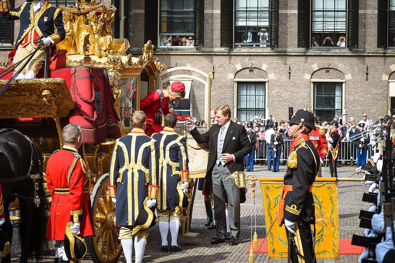Prinsjesdag_2014_-_Koning_helpt_Koningin_uit_Gouden_Koets
