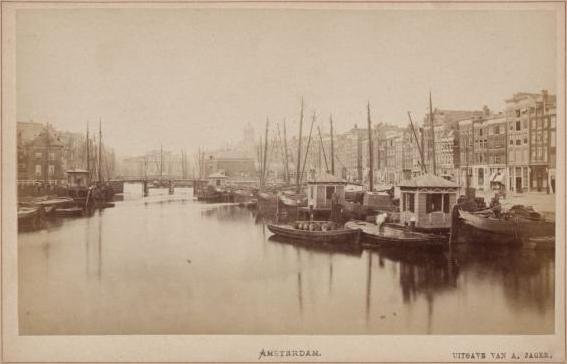 Amsterdam_Damrak_met_Oudebrug_01